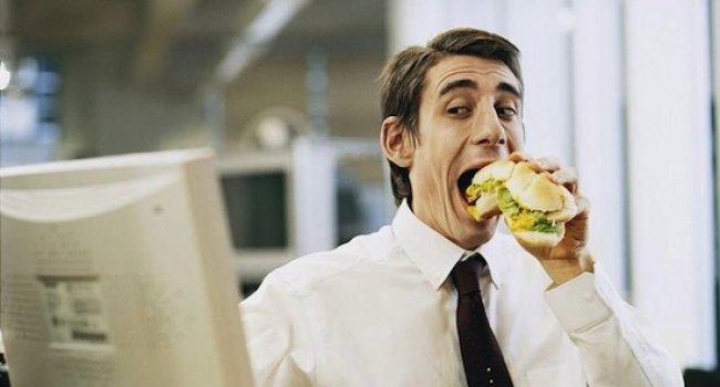 Сидячий образ жизни заставляет есть жирные продукты – ученые