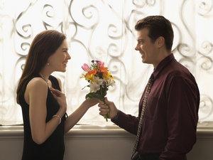 Дарим девушкам цветы